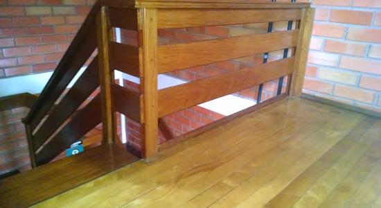 Piso, corrimão e escadas em madeira
