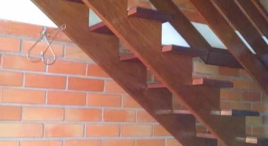 Escada completa em madeira