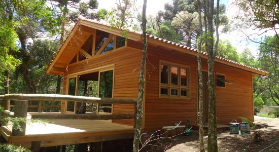 Casa com paredes de madeira.